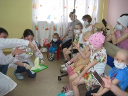 Химики ВятГУ подарили юным пациентам Института гематологии и переливания крови увлекательное «Реактив-шоу»