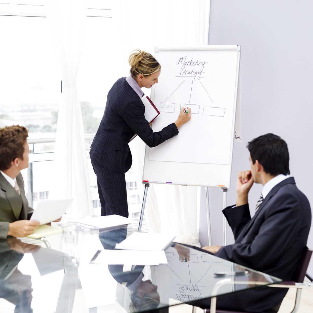 какие специалисты руководят группой коллег осуществляет координацию и консультирование